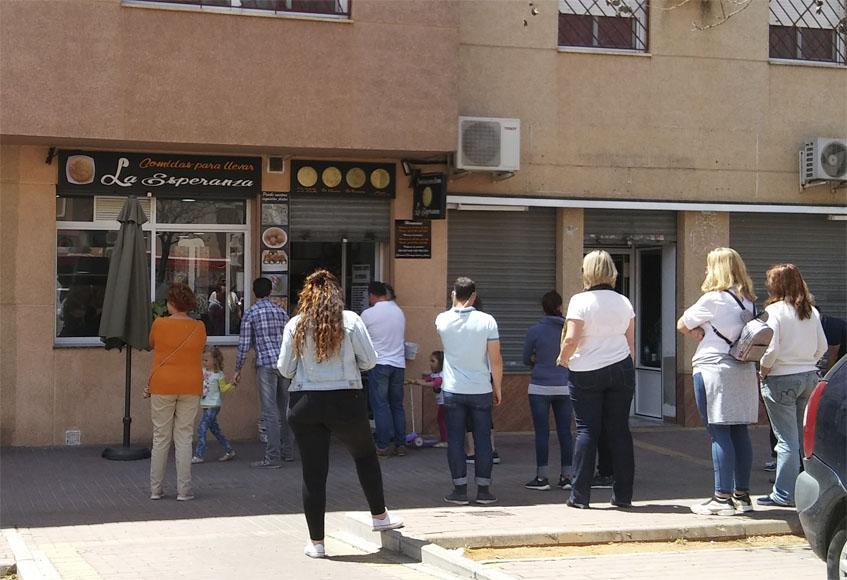 Cola de clientes un domingo al medio día en La Esperanza, en Dos Hermanas. Foto: Cosasdecome
