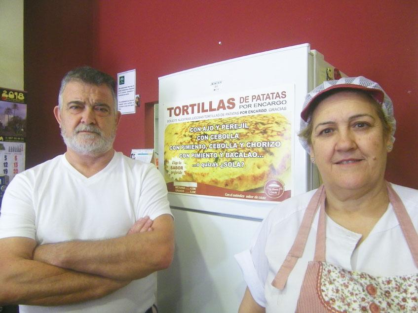 Pepe Pérez y Conchi en su tienda La Abuela Conchi de Dos Hermanas. Foto: Cosasdecome
