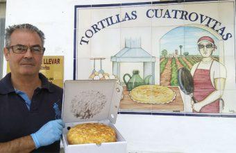 José Luis Sánchez Alvarez de Tortillas Cuatro Vitas con uno de sus famosos tortillones. Foto: Cosasdecome