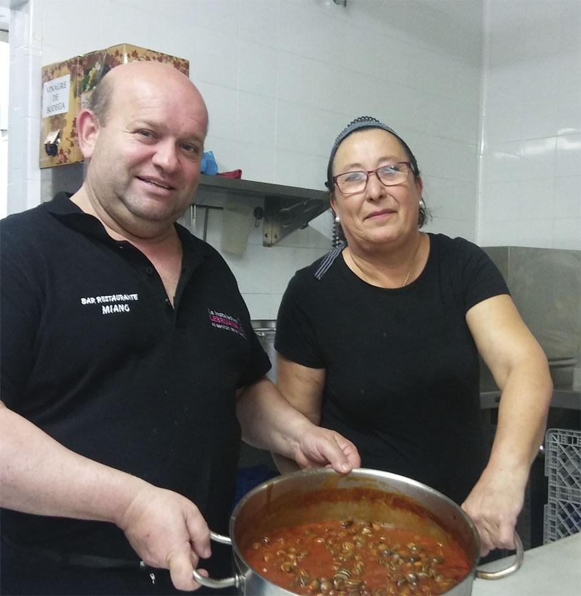 Miguel Angel Sánchez Ramirez y la cocinera María Ruiz Romero con una olla de cabrillas. Foto: Cosasdecome