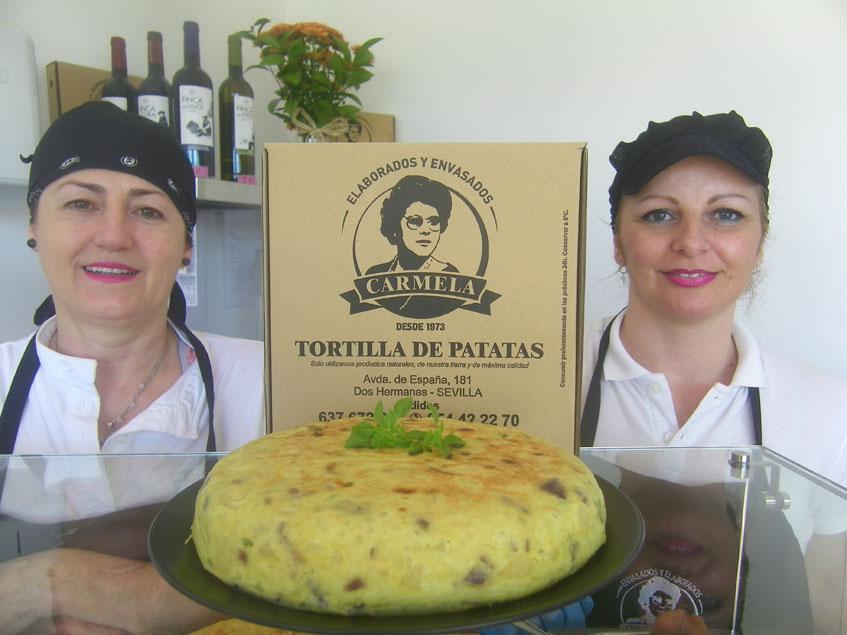 Dos de las impulsoras de Elaborados y Envasados Carmela, otra tienda especializada en tortillas situada en Dos Hermanas. Foto: Cosasdecome