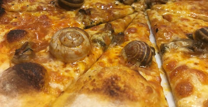 Pizza de cabrillas, salmorejo con chocolate y bombón de salicornia