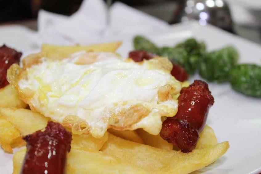 Huevos con patatas y chistorras. Foto cedida por el establecimiento