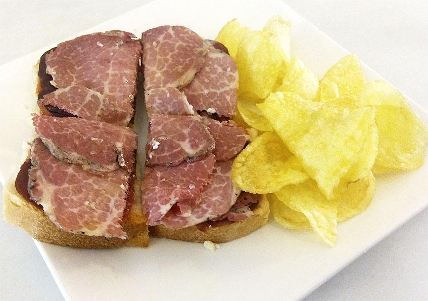 Delicia: Rebaná de pan de telera cubierta con presa de bellota al horno y lomito de bellota. 2,50 euros.