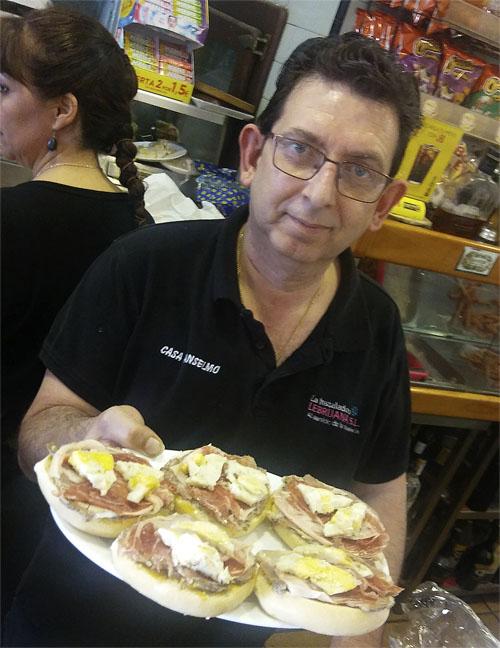 Kisco García Vázzquez, el inventor de montaditos, con una de sus creaciones. foto: Cosasdecome.