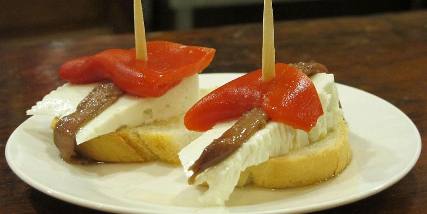 """El Requeté, el primero que salió de la factoría de montaditos """"Kisco"""". Lleva queso fresco, anchoa y pimiento morrón. Sale a 1,50 euros."""