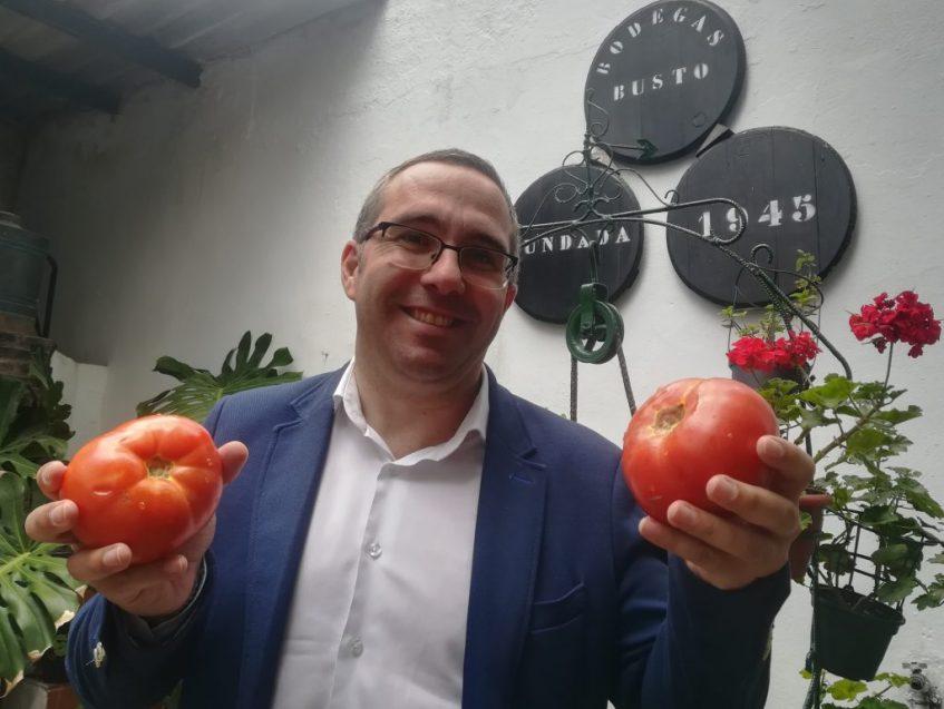 Juan Manuel Valle, alcalde de Los Palacios, presumiendo de tomates en Bodegas Busto. Foto: Cosas de Comé