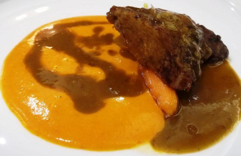 Pluma ibérica con salsa de judiones y manitas de cerdo. Foto: Cosas de Comé