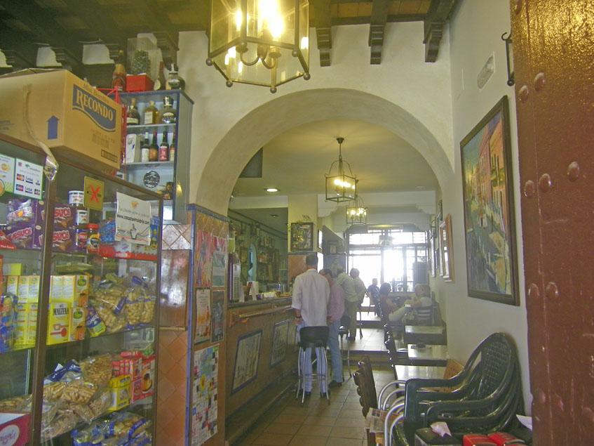 En el bar lllama la atención la barra, hecha con ladrillo y de las altas. Foto: Cosasdecome.