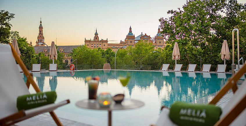 El Meliá Sevilla abre al público un restaurante nocturno con vistas en su piscina