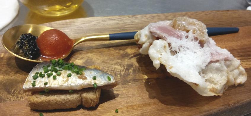 Los aperitivos de la casa. El Bloody Mari, la sardina y el atún mechado. Foto: Cosasdecome