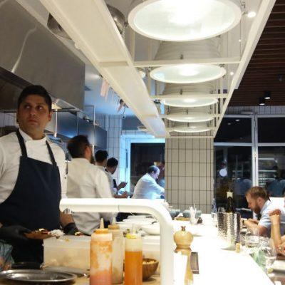 Vista de Cañabota, en pleno funcionamiento.  Como puede verse la cocina está justo delante de los comensales. Foto: Cosasdecome.