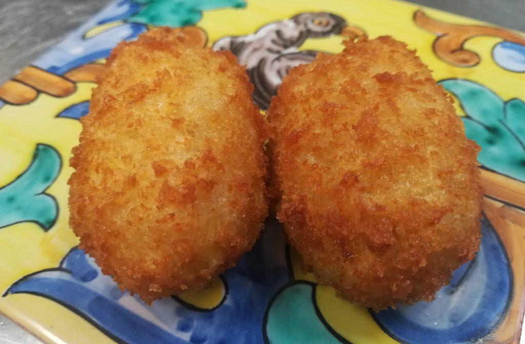Croquetas de pollo de corral servidas en cerámica. Foto: Cosas de Comé