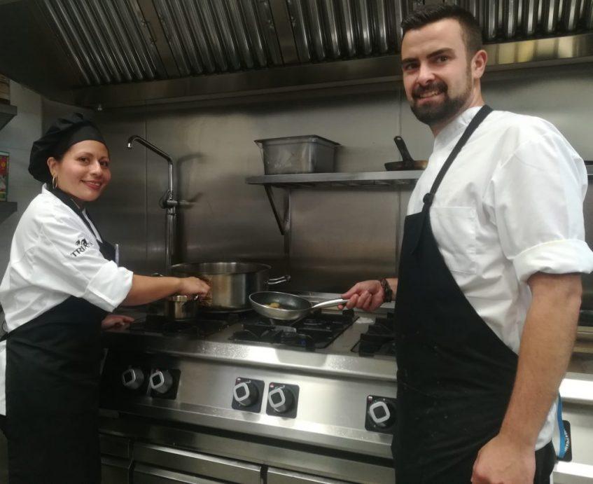 Pablo Montero, jefe de cocina, y Elisabeth Méndez. ayudante. Foto: Cosas de Comé
