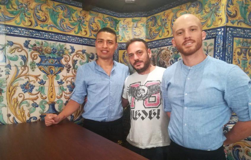 Pepe Arcas, en el centro, con sus camareros. Foto: Cosas de Comé