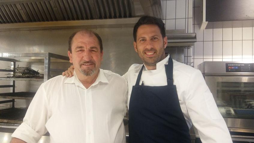 """Juan Luis Fernández junto a su padre, Pepe, que se ocupa de preparar los pescados para la cocina en """"la pescadería"""" del restaurante. Foto: Cosasdecome"""