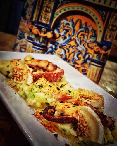 La original combinación de pulpo con papas aliñás y queso. La foto es de la bodega Palo Santo.
