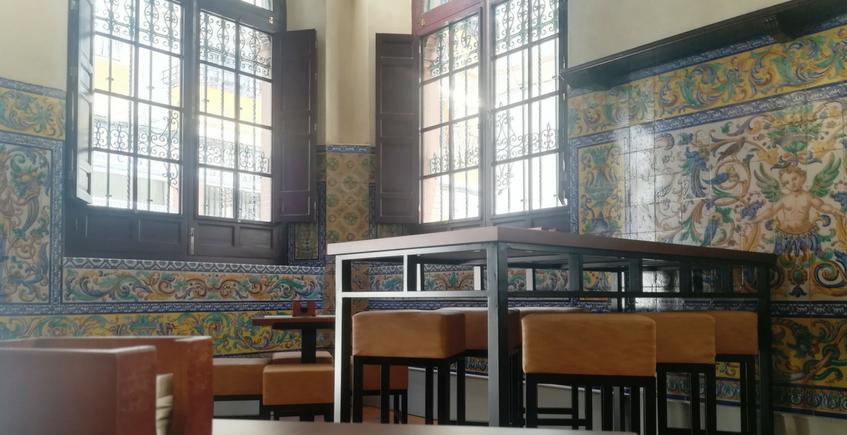 Zona de mesas altas y bajas, conservando la cerámica original. Foto: Cosas de Comé