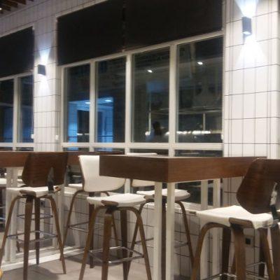 Otra de las zonas del restaurante, las mesas altas situadas junto a las ventanas. Foto: Cosasdecome