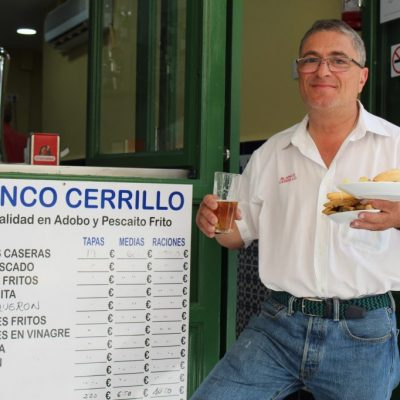 José Blanco, en la puerta de su nuevo bar. Foto: Cosas de Comé