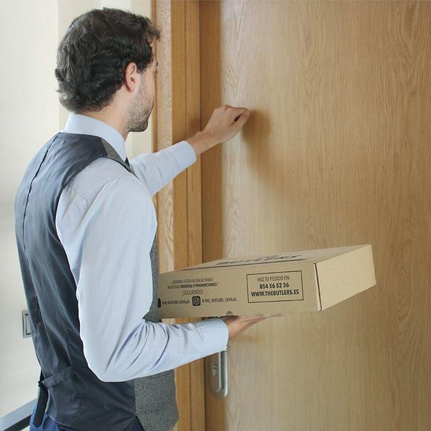 Uno de los repartidores, llamando a la puerta. Todas las imágenes han sido cedidas por el establecimiento.