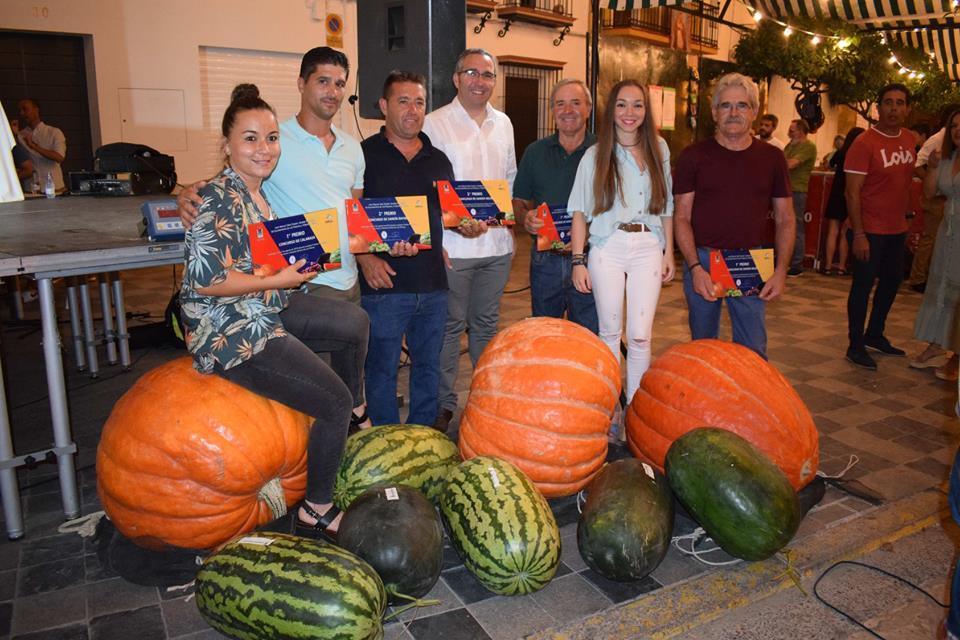 Los ganadores en las categorías de calabazas y sandías. Todas las fotos son del Ayuntamiento de Los Palacios y Villafranca.