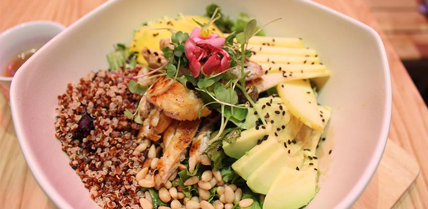 Ensalada de quinoa: mix verde, pollo plancha, manzana, quinoa, piñones, aguacate y mango + vinagreta balsámica. Foto: cosasdecomé