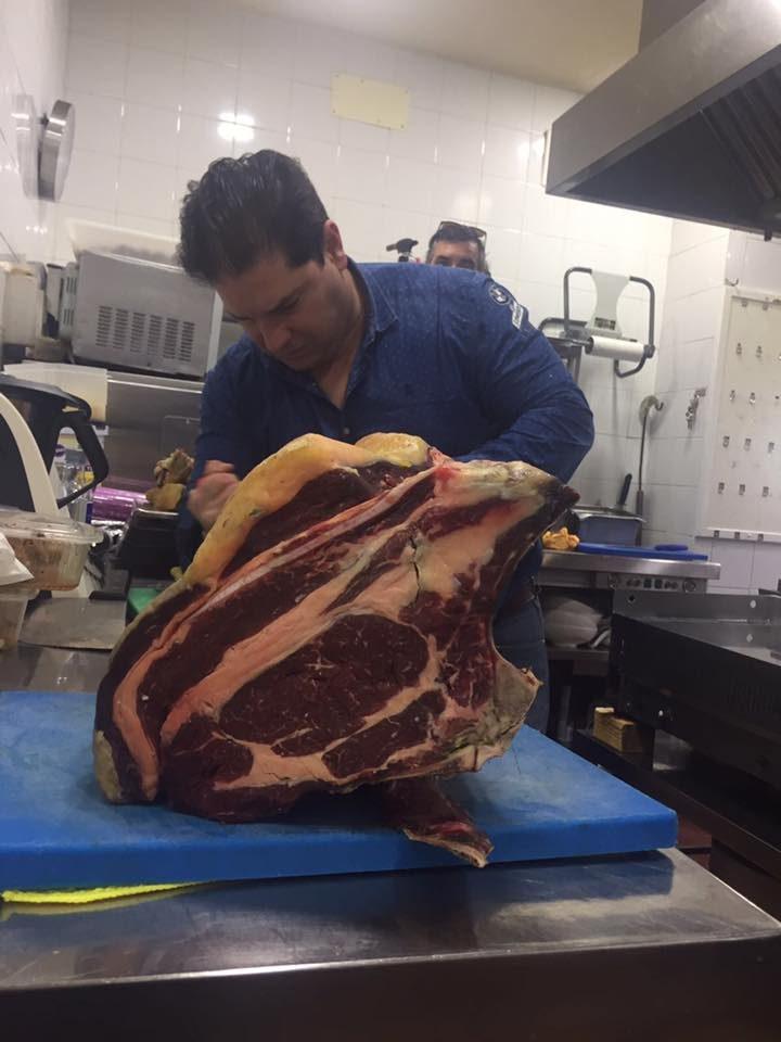 Javier Fernández con una pieza de vaca rubia gallega. Foto cedida por establecimiento