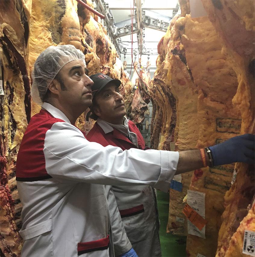 David García Pruna, gerente de Ostrea Sur seleccionando carnes para las jornadas junto a José Portas, gerente de Discarlux, su proveedor de vacuno gourmet. Foto: Cedida por Ostrea Sur