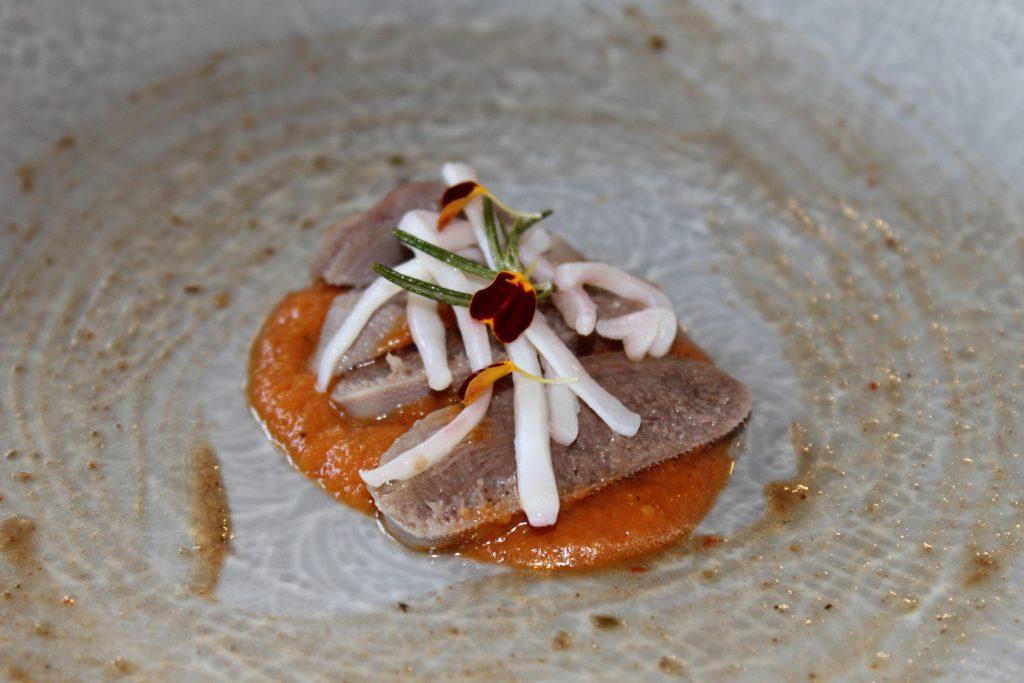 Lengua de ternera estofada con tallarines de calamar ahumados. Foto: Cosas de Comé