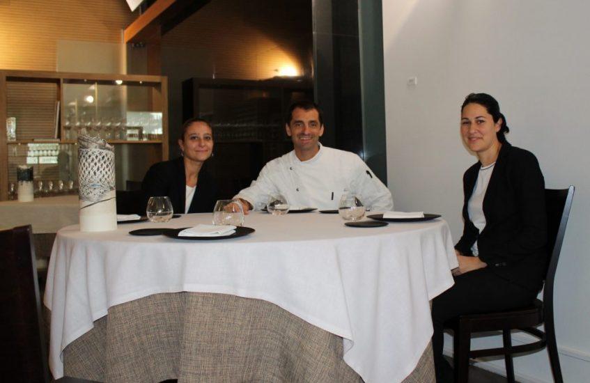 El chef, entre Gema Muñoz y Pilar Vaca, sumilleres de Abantal. Foto: Cosas de Comé