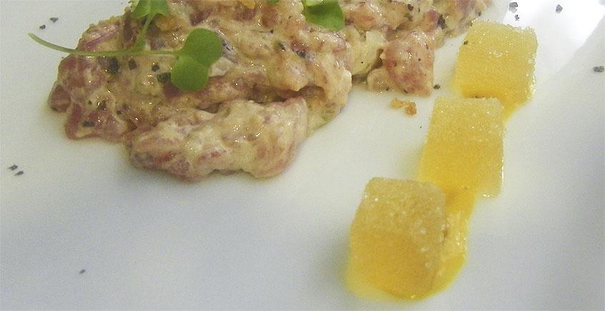 El tartar de atún de Ropavieja. Va acompañado de unos caramelos de textura como los de goma, pero con sabor a aceite. Foto: Cosasdecome