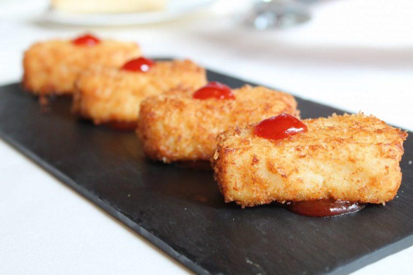 Lingote de bacalao sobre emulsión de pimientos rojos. Foto: Cosas de Comé