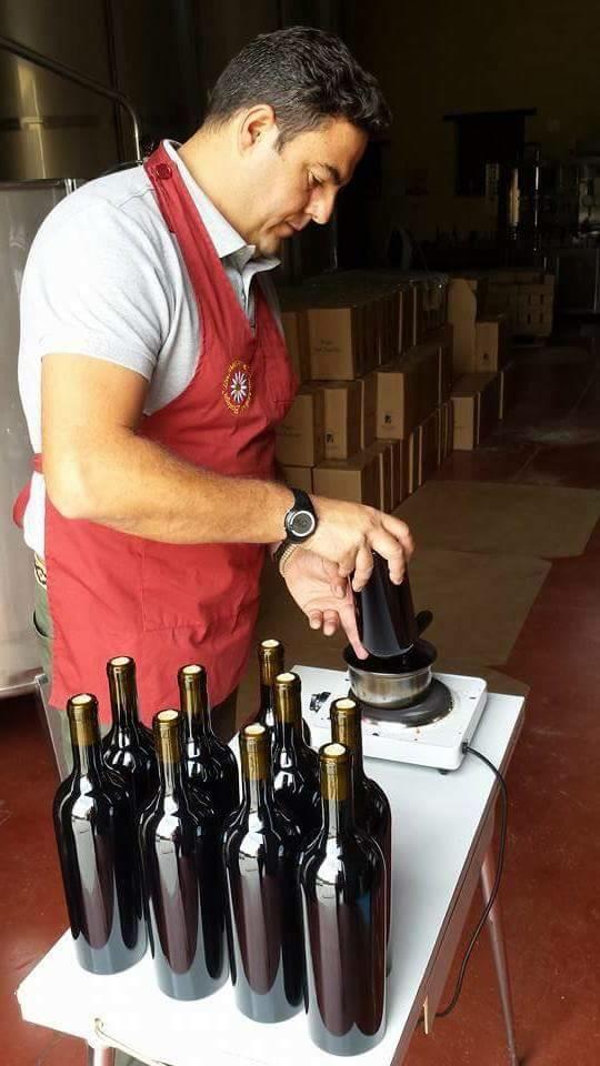 Raúl en el proceso de elaboración de sus vinos. Foto: Cosasdecome