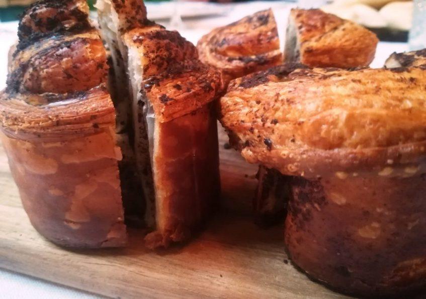 Pan artesano con aceitunas prietas de El Arahal. Foto: Cosas de Comé