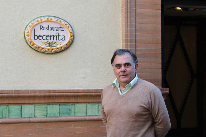 Jesús Becerra, en la puerta de su restaurante. Foto: Cosas de Comé