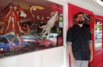 Raúl Vera, en la puerta de Puratasca. Foto: Cosas de Comé