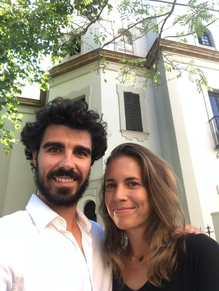 Robert y Camila, frente al edificio que se está arreglando para acoger al restaurante. Todas las fotos han sido cedidas por ellos.