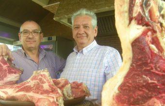 Los hermanos Félix y Joaquín Ramos muestran algunos de los productos que ofrecen en Casa Ramos. Foto:  Cosasdecome