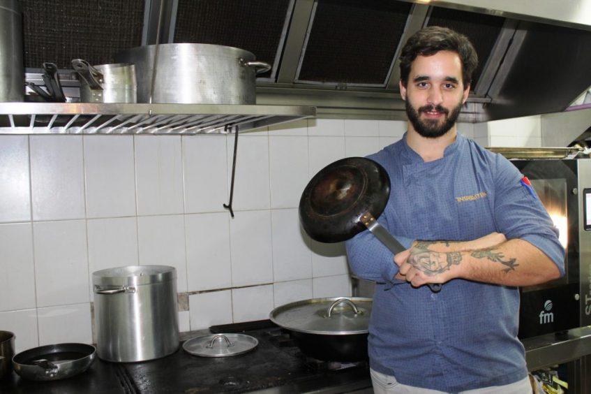 El chef, Pedro González, en la cocina de L´Artisan. Foto: Cosas de Comé