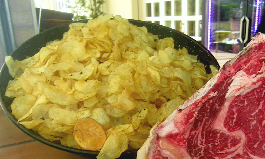 Las famosas patatas de Casa Ramos y que sirven para acompañar la carne. Foto: Cosasdecome