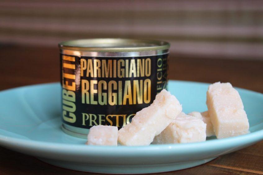 Auténtico queso Parmigiano Reggiano con DOP, en su lata. Foto: Cosas de Comé