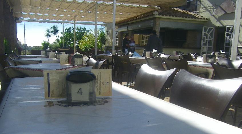 La terraza de Casa Ramos, en el centro puede verse la zona dedicada a la parrilla. Foto: Cosasdecome
