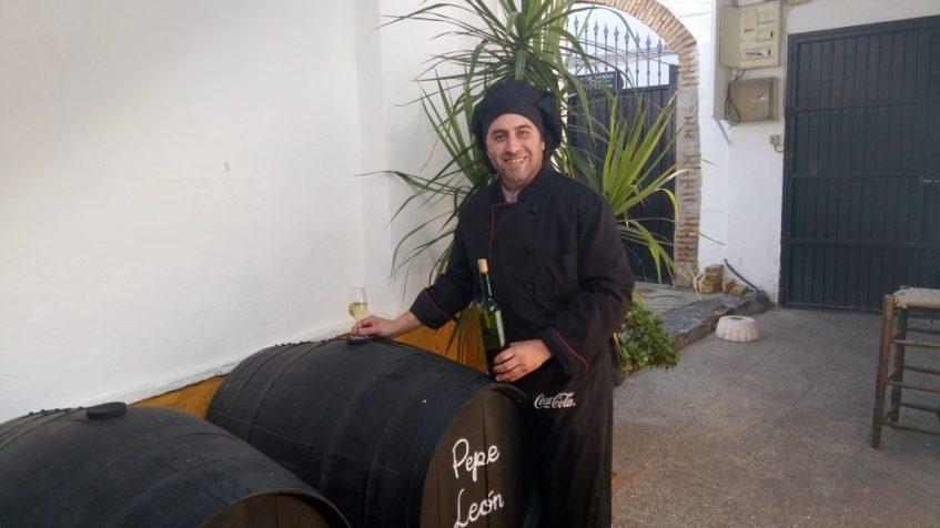 José María León, con la bota de mosto de la Bodega Loreto. Foto: Cosas de Comé