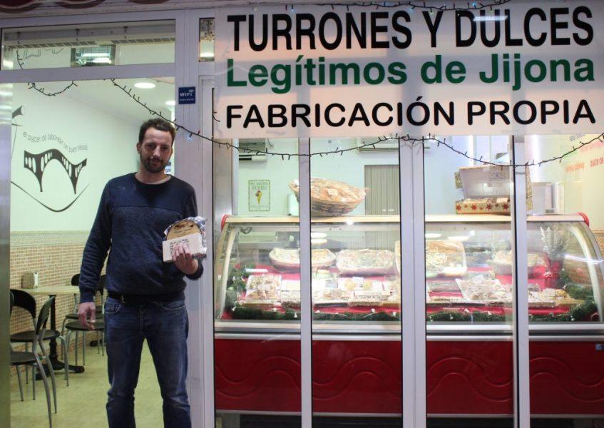 Lucas Sirvent, tercera generación de artesanos, en la puerta de su heladería. Foto: Cosas de Comé