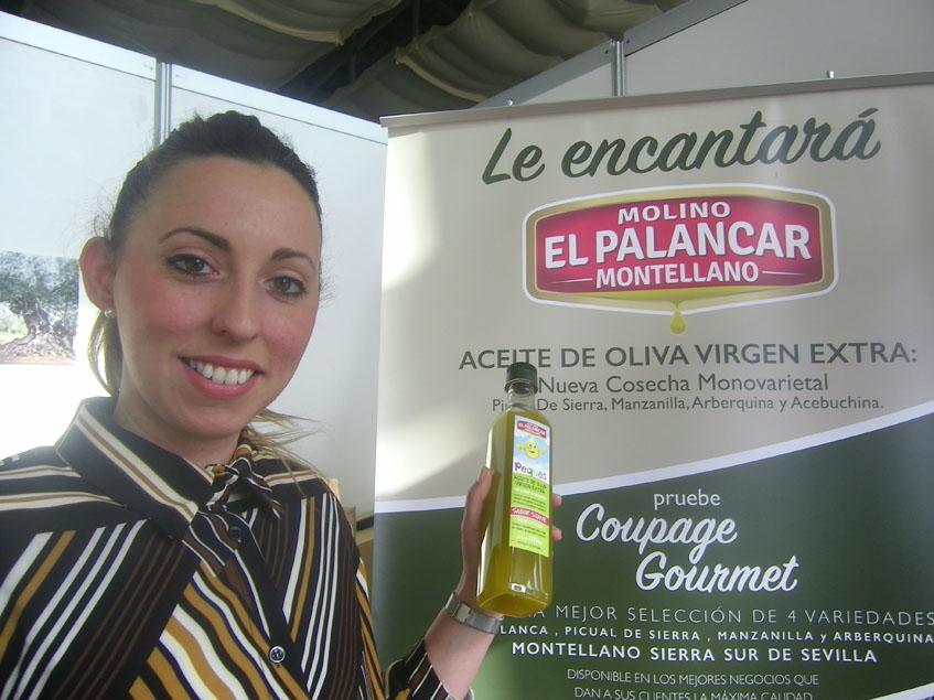 Una representante de el Molino El Palancar muestra el nuevo producto en la feria del olivo de Benacazón. Foto: Cosasdecome