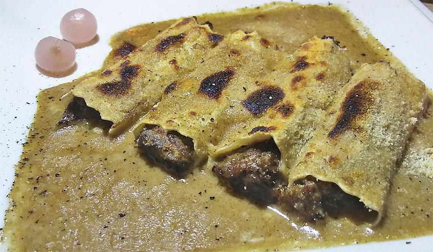 Los canelones de rabo de toro, uno de los platos más solicitados del restaurante Agustina. Foto: Cosasdecome