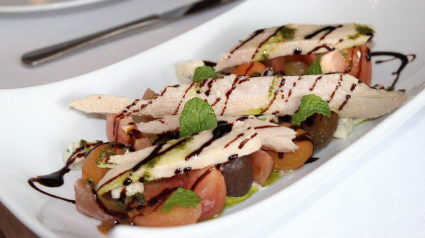 Tomate selecto con gorgonzola, ventresca de atún, hierbabuena y avellanas. Foto: Cosas de Comé