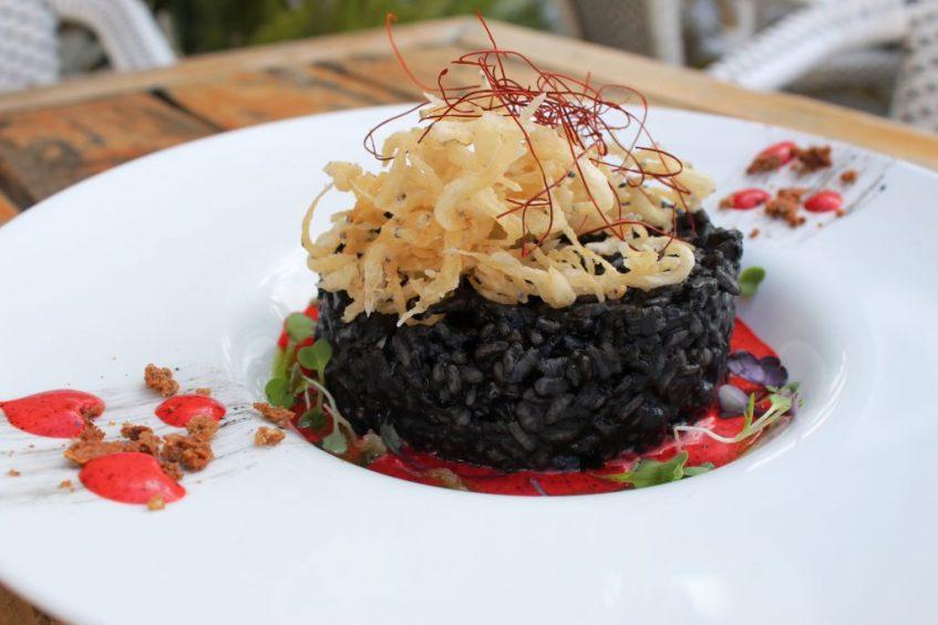 Arroz negro con alioli de pimientos asados y chanquetes fritos. Foto: Cosas de Comé