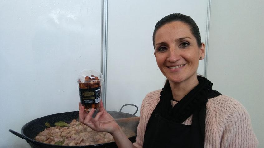 Pilar Rodríguez de Cárnicas Rubio muestra el envase de los chicharrosnack. Foto: Cosasdecome